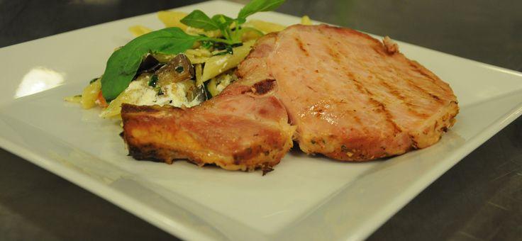 Breydel Varkens Côte à l'os met een Italiaans tintje. Het recept is te vinden op http://www.breydel.be/nl/koken-met-breydel/recepten/breydel-varkens-cote-los-met-een-italiaans-tintje