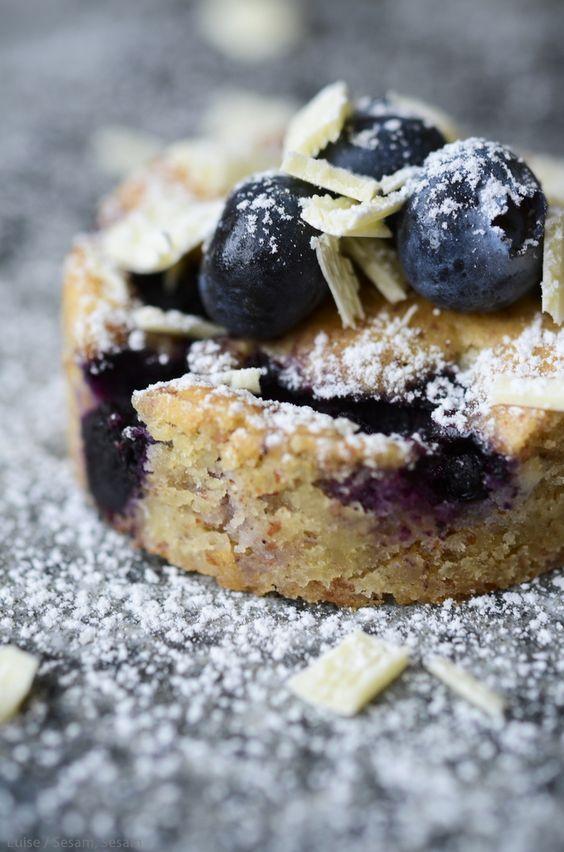 Mandelkage med hvid chokolade og blåbær — Sesam, Sesam