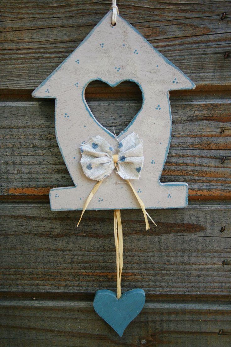 Casetta country in legno fuori porta, con cuore.