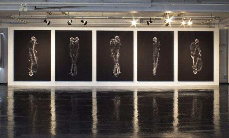 """Quel che resta del sentimento visto attraverso una TAC. A rivelarlo sono  gli scatti che ritraggono quattro coppie viste ai raggi X. """"Le immagini  passate allo scan di solito mostrano la finitezza dei nostri corpi,  composti esclusivamente di materia"""", ma le coppie ritratte da Ayako  Kanda"""