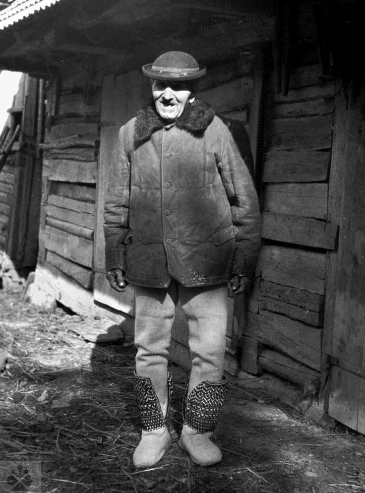 Muž v súkenných papučiach so sárou pletenou ihlicami. Dolná Súča (okr. Trenčín), 1951. Archív negatívov Ústavu etnológie SAV v Bratislave. Foto M. Rényiová, 1951.