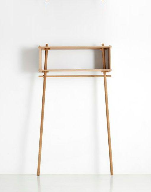 El perchero nordico Töjbox es el complemento perfecto para cualquier recibidor, dormitorio o vestidor. Se puede utilizar para colgar chaquetas, ropa y para guardar sus pertenencias de todos los días. No hay tornillos, clavos o pegamento para mantener la estructura en pie, simplemente pura madera. Materiales del perchero nordico Töjbox: El perchero Töjboxestá hecho en madera contrachapada