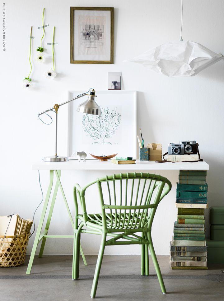 Escrivaninha com apoio em cavalete e livros