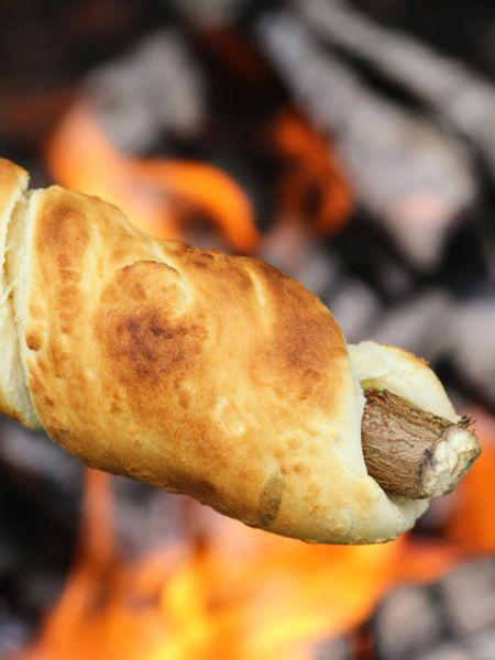 Stockbrot Grillen ist ein riesen Spaß! Das gemeinsame Suchen des Stockes, das Zubereiten des Teiges und das finale Backen des Brot: Groß