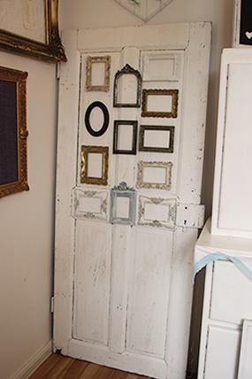 """Platzanweiser """"Frame Door""""  Eine alte Tür mit verschiedensten Bilderrahmen und schönen Details. Jeder Rahmen kann individuell nach Deinen Wüschen mit Sitzplänen oder Bildern gefüllt werden."""