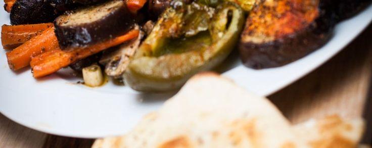 Heerlijke antipasto met de geroosterde groenten geserveerd met de daslook en een stukje geroosterd brood