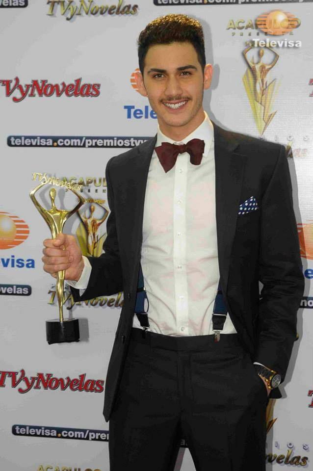 Alejandro Speitzer en la Alfombra Amarilla de los Premios TvyNovelas 2014, ya con su premio como Mejor Actor Juvenil.  #AlejandroSpeitzer #AlexSpeitzer #actor #PremiosTvyNovelas #TvyNovelas #Televisa #SantaFe #MejorActorJuvenil #outfit #YellowCarpet