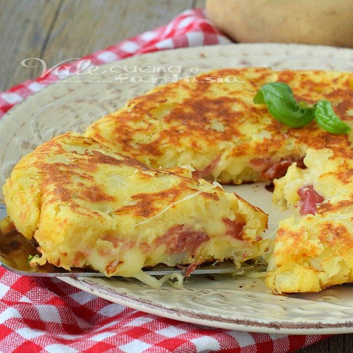 Pizza di patate con prosciutto crudo e fontina