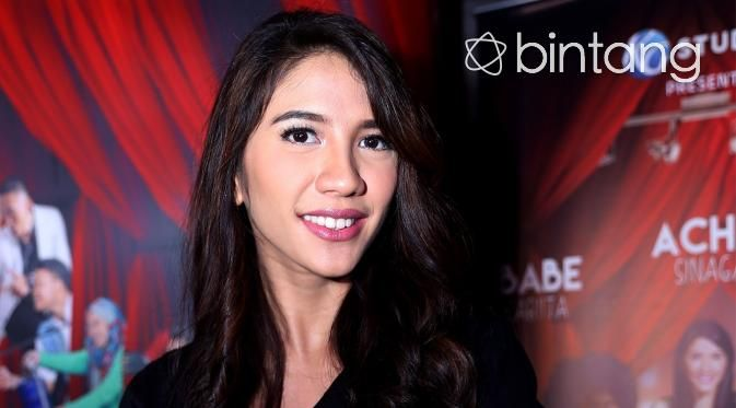 Bagaimana kalau komika Babe Cabita jalan bareng si cantik Acha Sinaga? Ini bukan kejadian dalam film saja, tapi juga dalam kehidupan sehari-hari. Babe dan Acha memang bermain bersama di film Get Up Stand Up. Walaupun harus berpacaran dengan Babe Cabita di film tersebut, diakui Acha Sinaga yang berperan sebagai Fatiya, tidak membuat kekasihnya cemburu.  #AchaSinaga #BebeCabita #GetUpStandUp #Bintang #Indonesia