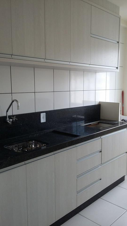 Cozinha clara com granito escuro