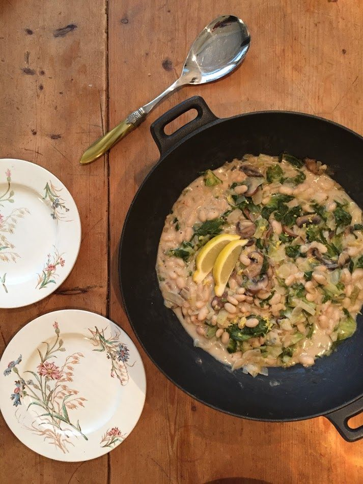Andijvie is meestal niet erg geliefd. In dit recept van witte bonen met andijvie wordt de andijvie verrassend lekker gecombineerd.