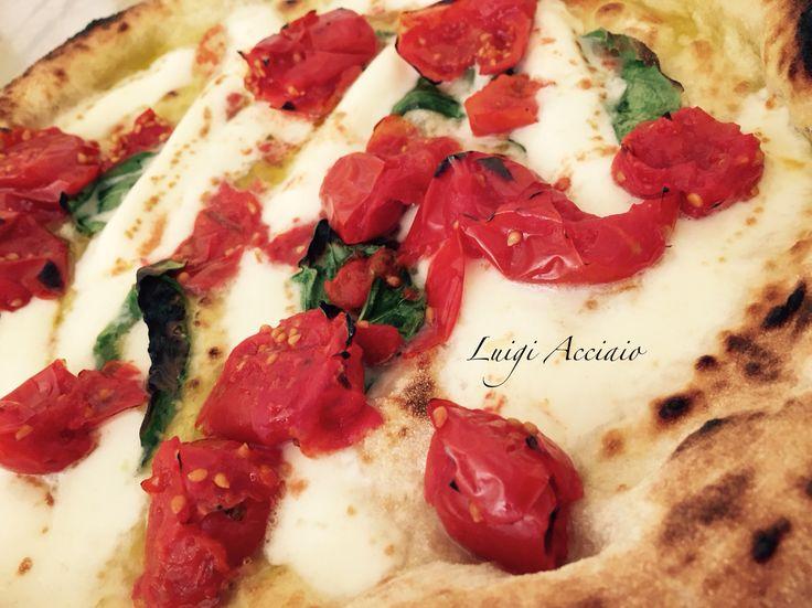 Pizza Gourmet con pacchetelle di Piennolo del Vesuvio DOP L'Orto di Lucullo, Fiordagerola, olio EVO DOP Pregio. Impasto con farina Special del Molino Quaglia.   Realizzata da #luigiacciaio