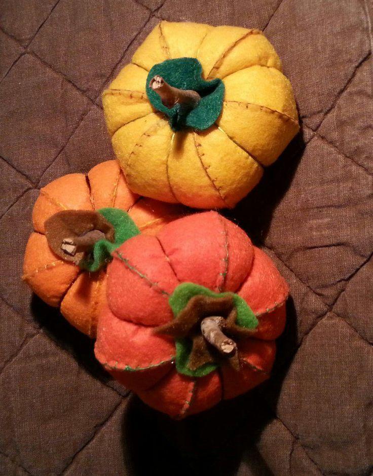 Zucche di autunno, a mano feltro e farcito con cotone. Ideale per decorare la tavola di Halloween. Calabazas de otoño de fieltro hechas a mano. paseoscontintin