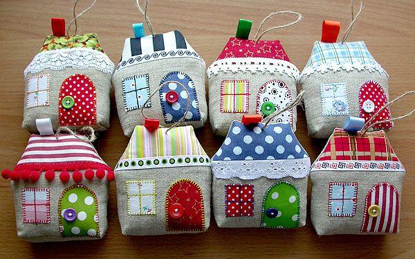Просто влюбилась в эти домики . Решила сшить по мотивам несколько штучек для себя, повесим на ёлку :)