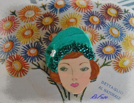 Spilla in legno dipinta a mano con cappello a calotta con pieghe e fascia di perline - Silvana 1951. Spille di ReFuse