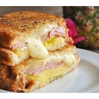 Una idea para un desayuno diferente, la piña le da un sabor increíble. ¡Pruébenlo!  Ingredientes  2 Rebanadas de pan de sándwich 1 Rebanada de jamón  1 Rodaja de piña en almíbar  2 Rebanadas de queso amarillo  Preparación En un sartén caliente, dorar la piña, el jamón y tostar los panes. Colocar una rebanada de queso sobre uno de los panes mientras se este tostando para que se derrita el queso. por ultimo rellena el pan con el jamón, la piña y la otra rebanada de queso.