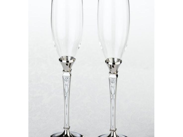 Cu un design ce imbraca piciorul paharului intr-o sticla deosebita cu 4 fatete si o insertie spiralata in interior paharele de sampanie Retro completeaza perfect uimitorul Set de tort Retro. Dimensiunile unui pahar: 27 cm inaltime. Set tort Retro. Cod K550