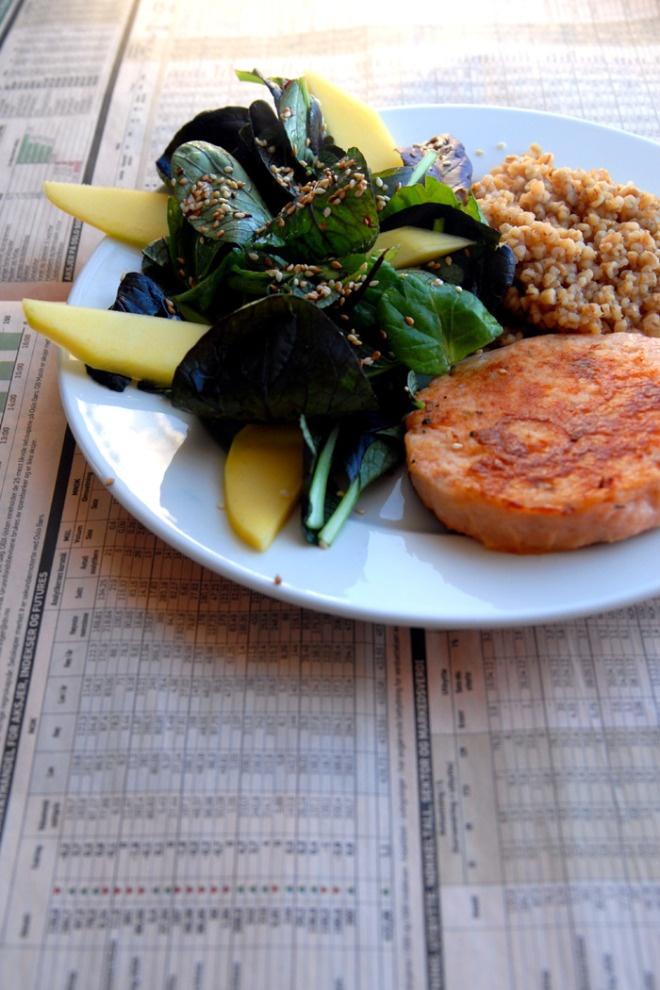 En porsjon takk – lakseburger med byggris ogsalat. Ferdig porsjonert mat gjør det lettere å spise sunt.