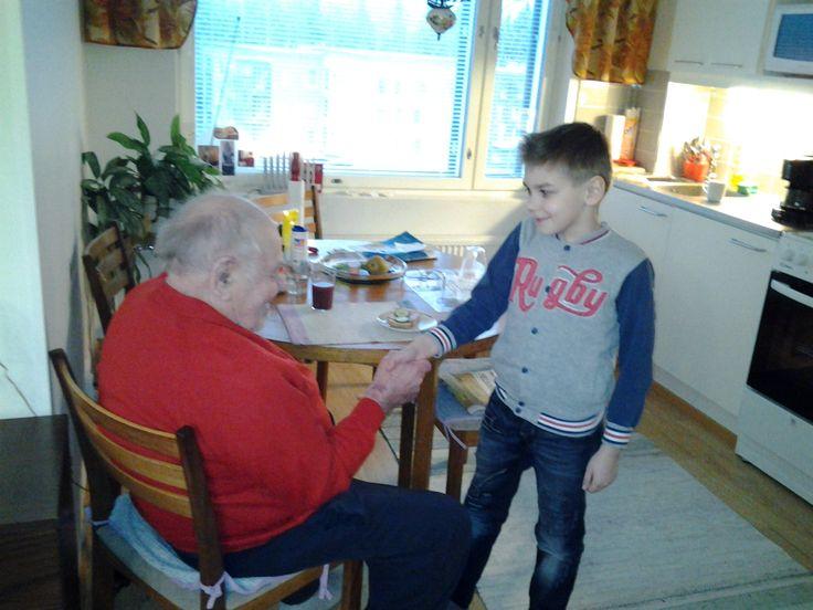 Lapsetkin sopivat hyvin kotihoidon käynneille mukaan.. Vasily ja Aarne kättelevät toisiaan.