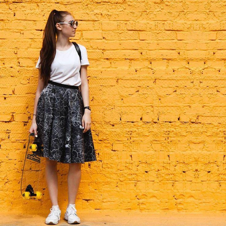 Юбка @viktoriairbaieva с ну очень классным принтом идеально сочетается с погодными условиями последних дней. Уравновешивает паттерн простая белая футболка. Добавь удобные кеды и можно отправляться гулять. И пусть молнии сверкают на твоей юбке а не в небе! #gardbe #гардероб #casual #юбка #victoriairbaieva