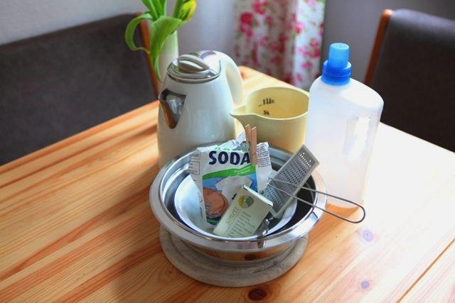 Waschmittel selber machen. Inhaltsstoffe: Kernseife (gerne öko und vegan!) und zwar 20-25 Gramm, Waschsoda (je nach Wasserhärte 3-6 Esslöffel) und Wasser (1 Liter).