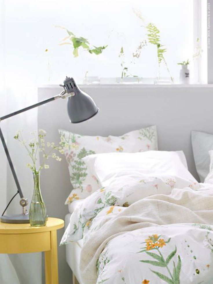 Påslakanet STRANDKRYPA är inspirerat av handmålade botaniska illustrationer. ARÖD arbetslampa, STOCKHOLM avlastningsbord.