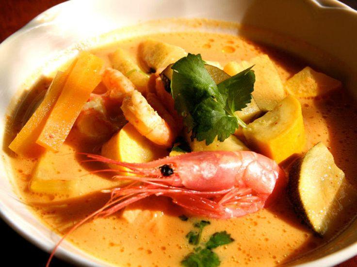 Denne fiskesuppen er ikke laget med fløte, men med kokosmelk. Topp suppen med reker og friske urter. Friske urter gjør sunn mat til god mat!Kilde: dinmat. Foto: Erik Hannemann