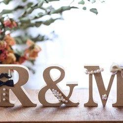 ご覧頂きありがとうございます大人気のオーダーメイドイニシャルオブジェ 前撮りから結婚式のウェルカムスペース、お二人と共に高砂に飾ったり、使い方は様々です。結婚が決まった方へのギフトとしてもご好評頂いております♡厳選した素材で作製した手作りパーツと、&にお花をあしらったデザインです。世界に1つだけのお二人オリジナルイニシャルオブジェ、いかがでしょうか(*´˘`*)⚪素材 オブジェ:MDF 花:布製の造花 ※写真だと確認しにくいですが、新婦様のイニシャルには、ベールをお付けします⚪サイズ 1文字 約横9×縦9×厚さ2㎝⚪アルファベット A~Zでご指定下さい (※3文字以上または数字も可能。 追加 1個500円)⚪リボンの色1. ゴールド 2.ブルー 3. ピンク 4.パールピンク 5.パープル 6.ホワイト⚪お花の色a.ホワイト b.イエロー c.ピンク(※お花の質感やお色味は写真と若干変わる場合があります。ご了承下さい)⚪購入時に備考欄にご記入お願いします①ご希望のイニシャル(男性&女性)②男性のひげorめがね (※無しも可)③女性のリボンのお色④お花...
