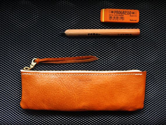 This pen pouch was made by vegetable tanned leather. And we made it with slight burned color to be vintage look, and stylish appearance. Whole process was hand made for every detail. Pens, ruler, eraser, or any tools or cables can be arranged well in this pouch. And we provide customized service for imprinting the letters at the blank area.  Dimension / 18 x 5.5 x 1.8 cm  Handmade in Taiwan