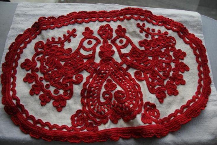 トランシルヴァニアを代表する刺しゅう、イーラーショシュ。図案を生地に描いてから、専用の太いコットン糸で刺しゅうをしていきます。しっかりと目の詰まった生成りの手織りの麻布に、赤い刺繍糸でひっくり返したハート、その上にクジャクが