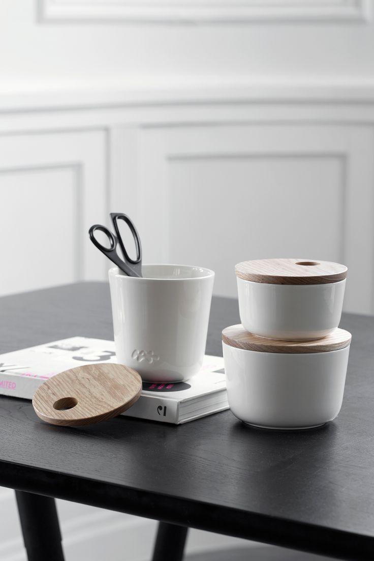 Unit lokkrukken fra Kähler Design er en elegant og funksjonell oppbevaringsløsning til de små tingene som gjerne skal gjemmes litt vekk. Fås i hvit, rosa og grå - og i flere høyder.