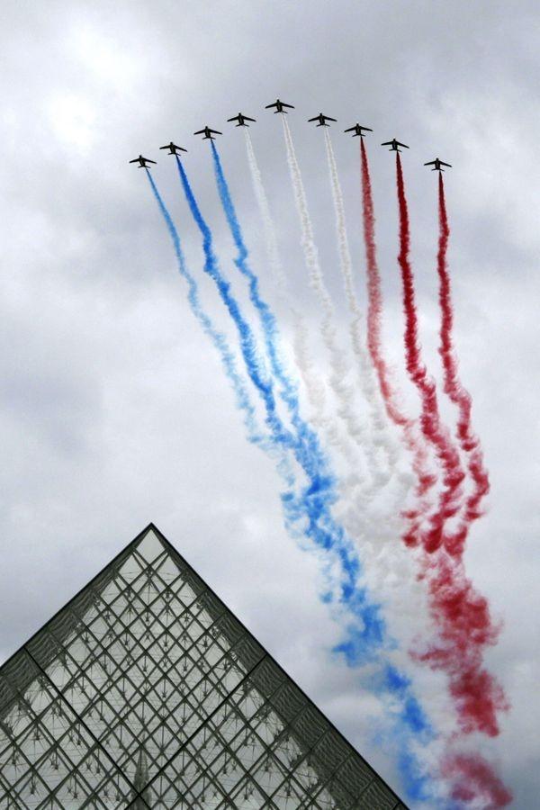 10 h 40. La Patrouille de France survole les Champs-Elysées.