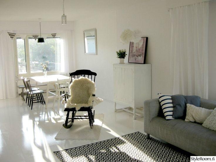 keinutuoli,valkoinen lattia,harmaa sohva,valkoinen koti,maalattu laminaatti