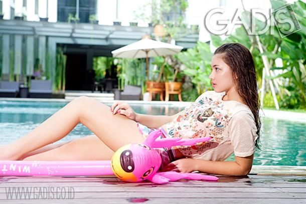 Be casually pretty on the pool side by wearing printed tee and shorts.