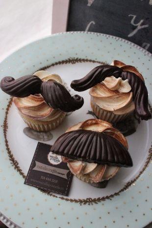 Divertidos #cupcakes de la masa y relleno que mas te gusten, decorados con deliciosos #mostachos de chocolate de diferentes formas. Ideales para el día de padre, día del hombre o simplemente para un regalo especial.