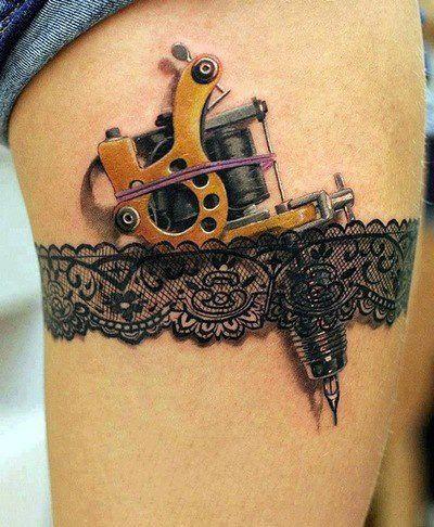 Tatuagem de Perneira de Renda com maquina de tatuar realista. Lace tattoo in 3D. Lindos detalhes!