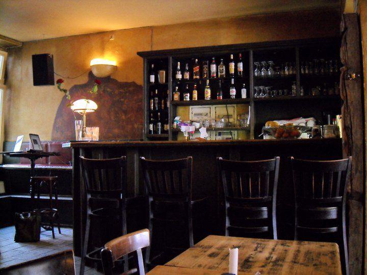 Eine Spinatquiche, dazu ein Glas Hausbier & ein Buch aus einem der großen Bücherregale – so kann man einen Abend in der Böse Buben Bar verbringen. | Marienstr 16