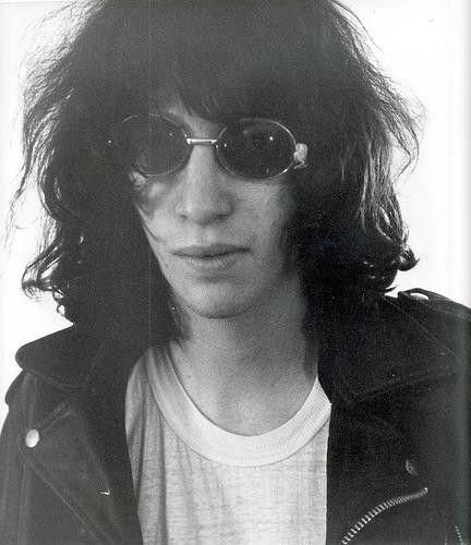 """15.April 2001: JOEY RAMONE stirbt mit 50 Jahren an Lymphdrüsenkrebs.Der Mitbegründer und Leadsänger galt als Symbol der US-Punkbewegung.Bono singt ihm zu Ehren beim heutigen U2-Konzert in Portland ein Medley aus """"Amazing Grace"""" und dem Ramones-Song """"I Rember you""""."""