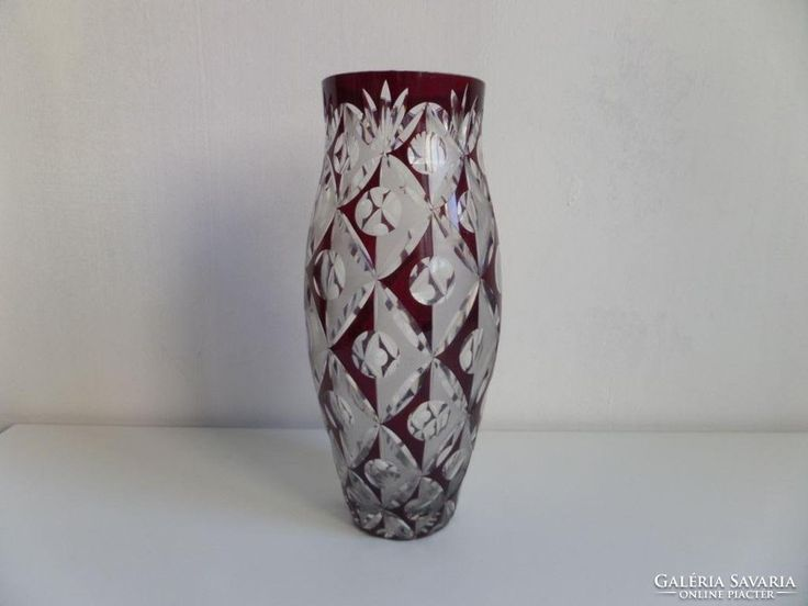 Szép formájú bíbor metszett üveg váza