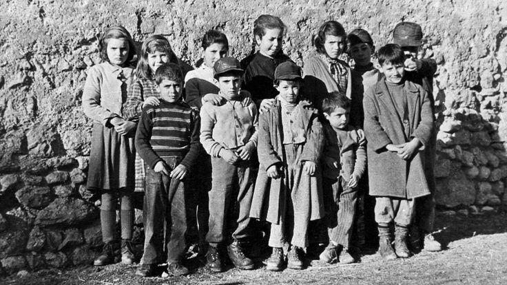 Norcia, anni 50. I ragazzi di Capolaterra che abitavano nella parte alta della citttà a ridosso immediato della campagna.