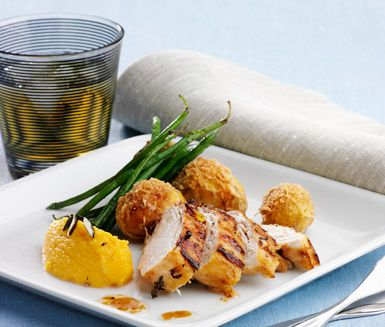 Ett härligt recept som är Ölands moderna landskapsrätt på flädermarinerad kyckling med pumpacrème. Du gör det av bland annat kycklingfilé, fläderblommor, citron, pumpa, grädde, färskpotatis och parmesanost. Festligt och delikat!