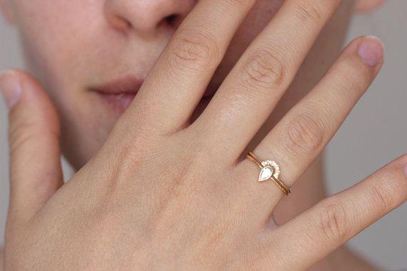 Ensemble de mariée mariage : bague de fiançailles diamant poire et dun anneau de « couronne » cinq pavé de diamants. La lunette Couronne et poire sasseoir ensemble et ne pas faire tourner gratuit un de lautre.  Largeur des bandes : 1,3 mm Matériaux : 18k or massif, 0,2 carat taille poire diamant, 1 mm cinq diamants blancs dans la clarté VS (sans conflit). Paramètres de diamant de centre : clarté VS, couleur E-G, excellente coupe, conflits gratuits.  ► Peut être réalisé en jaune, blanc 18k or…