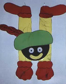 """zwarte piet- met echte pluim en mond. Felle kleuren, het lijf van stevig karton in een soort """"H"""" vorm. Zo kan Piet over een lijntje hangen, leuk!"""