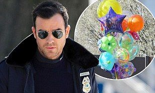 Jennifer Aniston gets birthday balloon delivery in LA while Justin Theroux films in New York | Mail Online