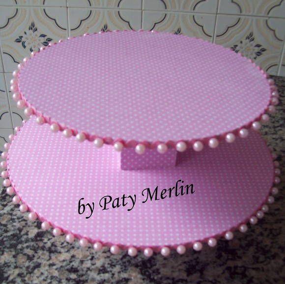 Suporte para cupcakes MDF forrado com tecido e decorado com pérolas. Ideal para enfeitar mesas de doces: cupcakes, brigadeiros, etc. Feito na cor conforme preferência.  Tamanho: prato inferior 30 cm e prato superior 25 cm. R$ 70,00