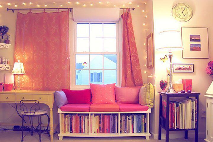 Помимо того, что книга — это лучший подарок и увлекательный мир, но и прекрасное украшение домашнего пространства. Книжные полки, шкафы создают уютную атмосферу, поэтому обойтись без них в гостинной просто нельзя. Сегодня мы покажем Вам несколько вдохновляющих примеров того, как книжные полки и стеллажи могут украсить комнату и сделать её интереснее.