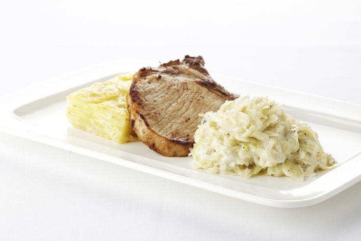 Een overheerlijke witte kool in witte saus met varkenskotelet, die maak je met dit recept. Smakelijk!