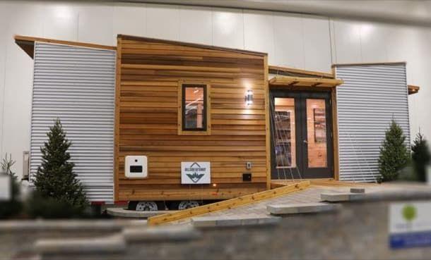 Hogar sobre ruedas, de 20m2. Fotos y plano de planta de una casita remolque de 20m2. Tiene un diseño diferente a lo convencional, e incluye cocina, baño, altillo y sofá-cama. Su estructura es de madera, está debidamente aislada en toda su envolvente. Posee calentador instantáneo de agua, aparato de aire acondiciona, e iluminación tipo LED.  #Arquitectura