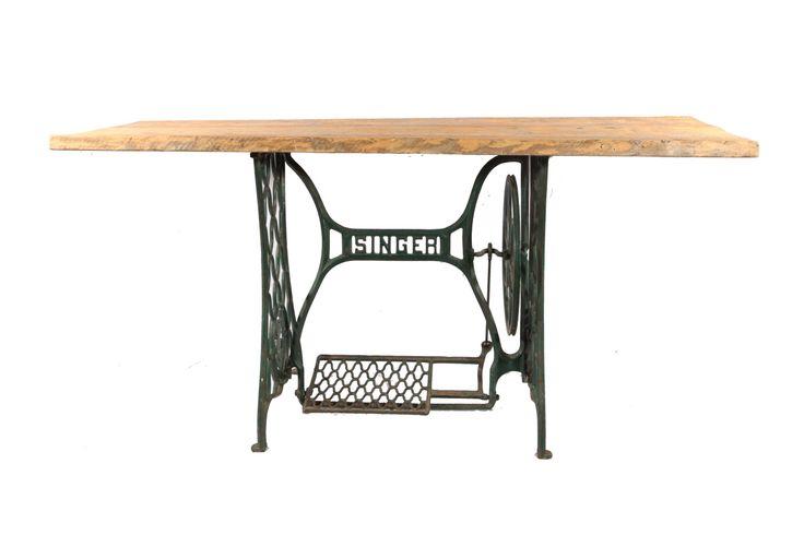 """Tavolo """"SINGER"""". Ricavato da base originale di una macchina da cucire Singer anni 60, con piano in legno originario di vecchi ponteggi."""