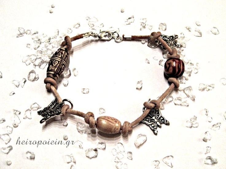 Χειροποίητο Βραχιόλι με κρεμαστά, πεταλουδίτσες και ξύλινες χάντρες  http://www.heiropoiein.gr/vrahiolia/vrahioli-46-detail.html